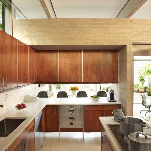 tủ bếp nhựa và tủ bếp gỗ có gì khác