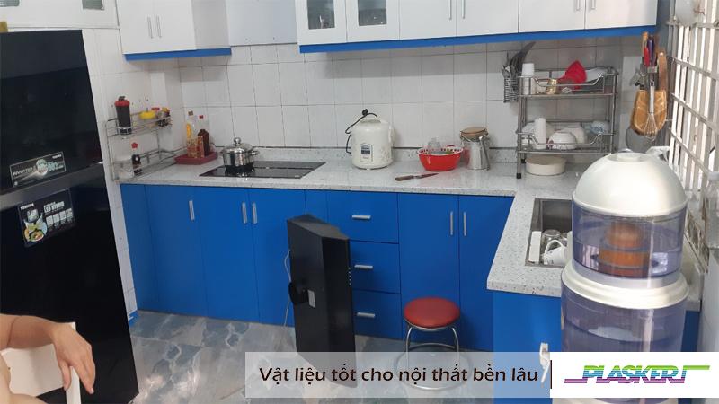 mẫu tủ bếp nhựa acrylic trắng - xanh bóng gương cho gia đình
